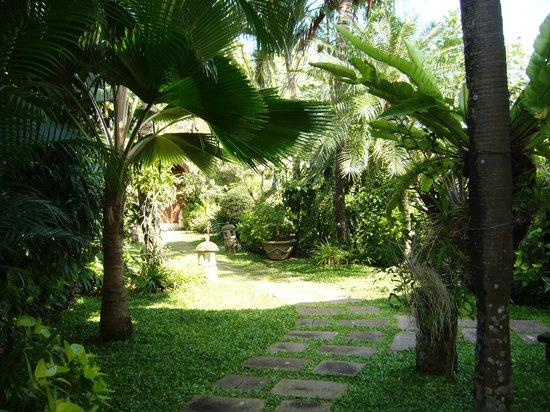 Dewani Villa: Manicured Gardens