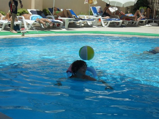 Asli Hotel: Fun in the pool :)