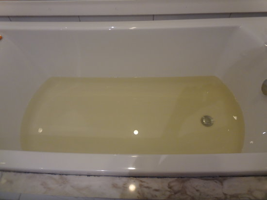 Beijing Yi - House Art Hotel: yellow water coming out from the bath tub :(