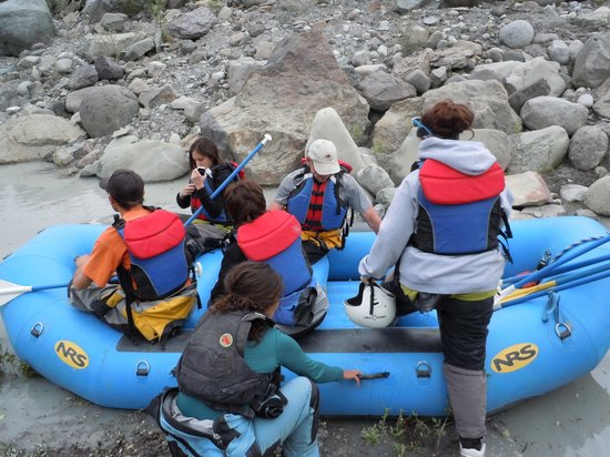 McCarthy River Tours & Outfitters - Day Tours: Loading up the raft
