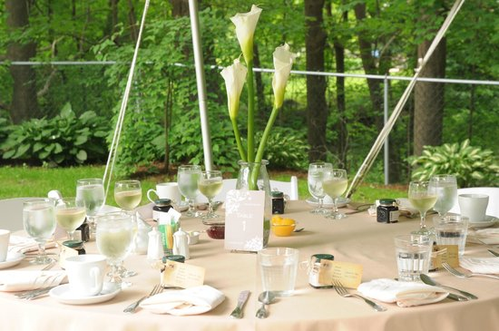Hawthorn Inn : Elegant table settings for our outdoor reception