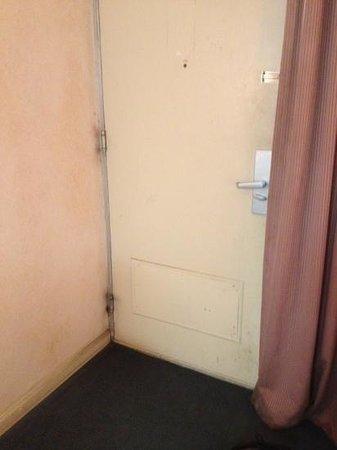 Deluxe Inn Lumberton: The old beat up door...needs painting!