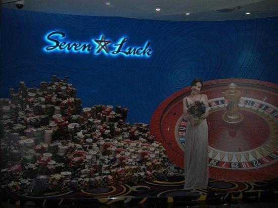 Seven Luck Casino Busan Lotte Branch: 入口でチェジウがお出迎え