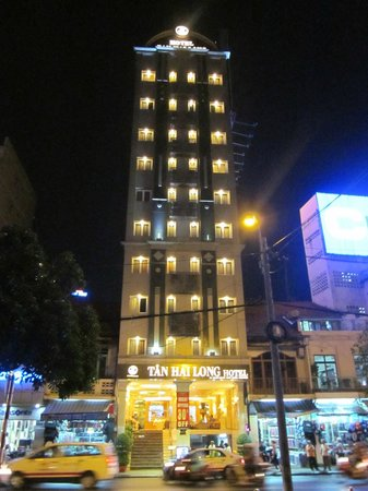 Silverland Central Hotel and Spa: Hotel at night