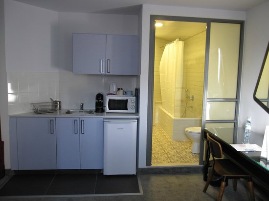 The Embassy Hotel: Bathroom and kitchen in a suite