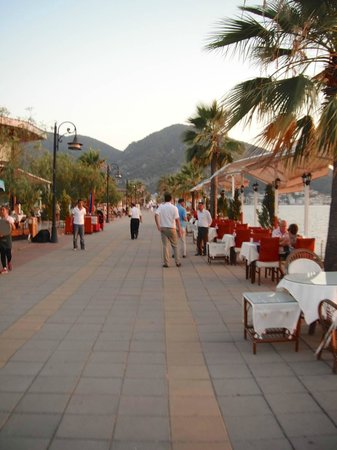 Yeniceri Hotel: Promenade just outside the hotel