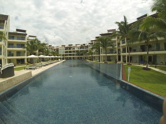 The Elements Oceanfront & Beachside Condo Hotel: hotel pool and communal area