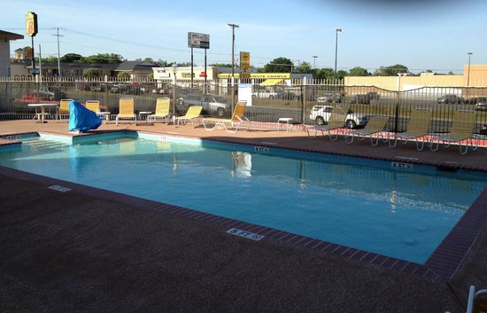 La Quinta Inn & Suites New Braunfels: Pool (overlooking the road)