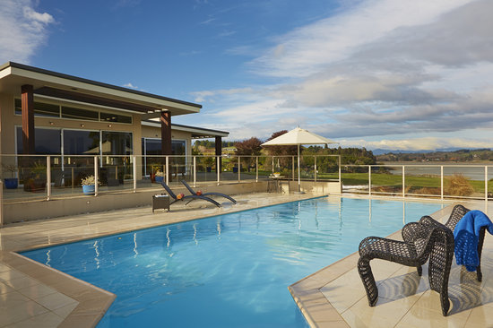 Almyra Waterfront Lodge : enticing swimming pool