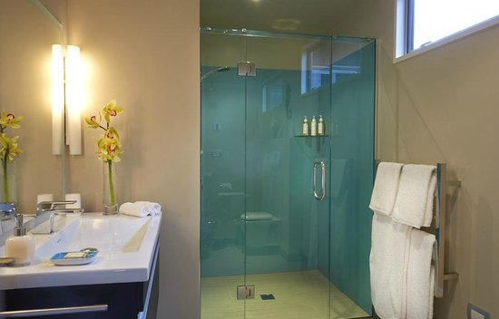 Almyra Waterfront Lodge : Luxury ensuite bathroom