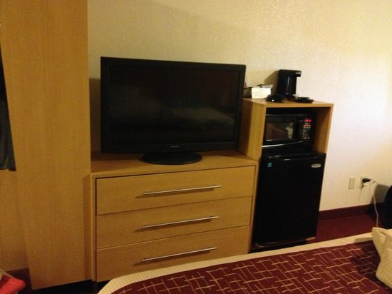 Red Roof Inn Washington: King-sized single includes fridge and microwave oven, in addition to flat panel TV