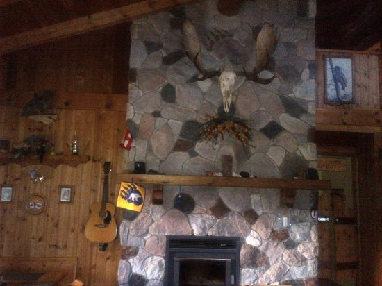 Bear Paw Ranch Resort: stone fireplace in the dining area