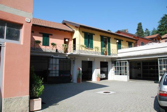 Albergo Ristorante Giardino: Der Hof mit Garagen, darüber die Maisonetten-Zimmer
