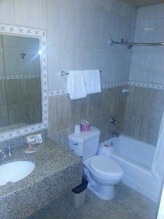 Motel 6 Garden Grove: Decent size restroom