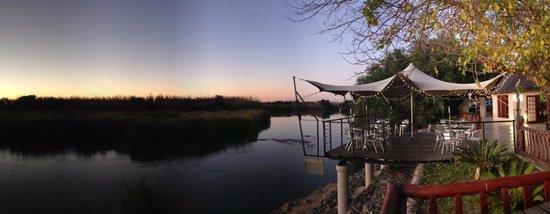 Oranjerus Resort: Restaurant deck over the river