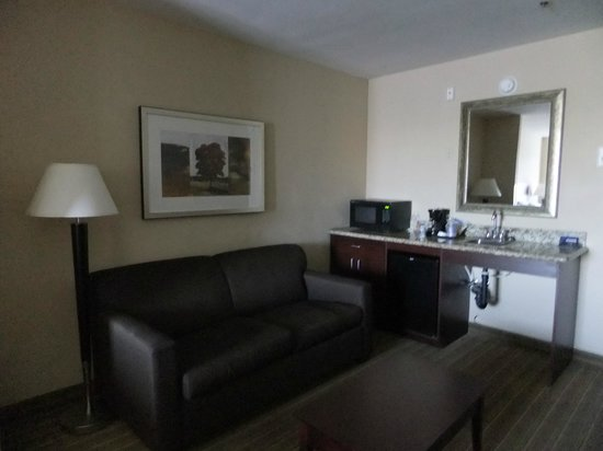 Holiday Inn Express Hotel & Suites Fresno (River Park) Hwy 41: Wet bar and seating area.