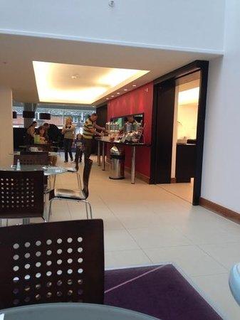 Courtyard London Gatwick Airport: breakfast restaurant