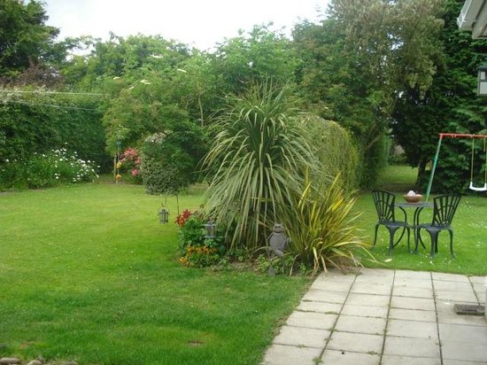 Almara Bed & Breakfast Dublin: Landscaped gardens