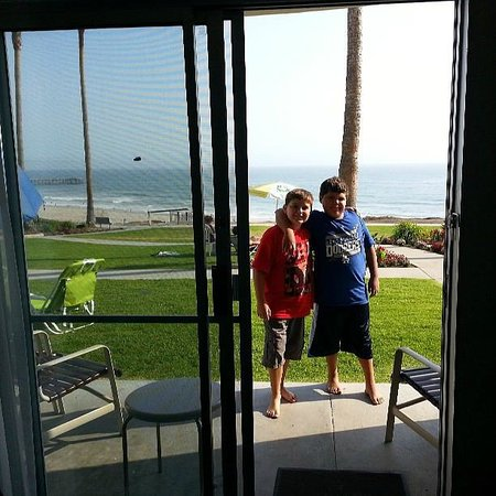 Kon Tiki Inn: Looking out the room. My son and his friend!