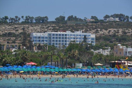 Corfu Hotel: Вид на отель с моря