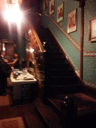 The Stone Lion Inn: Stairway to rooms