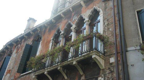 Hotel San Moise: il balcone della camera 109 visto da fuori