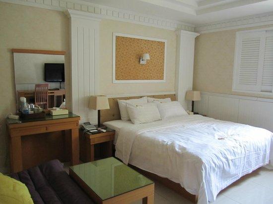 Hotel Sunbee: 私が宿泊したのは白を基調にしてました。他にも伝統的な部屋もあるそうです。