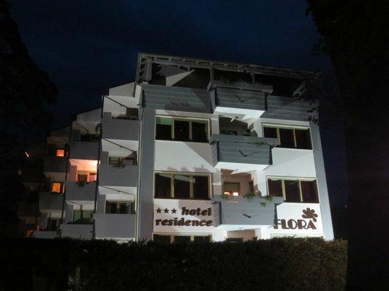 Hotel Residence Flora Meran: Hotel Flora vanaf de boulevard