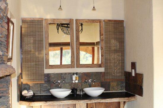 Tuningi Safari Lodge: DEKORATION IM ZIMMER