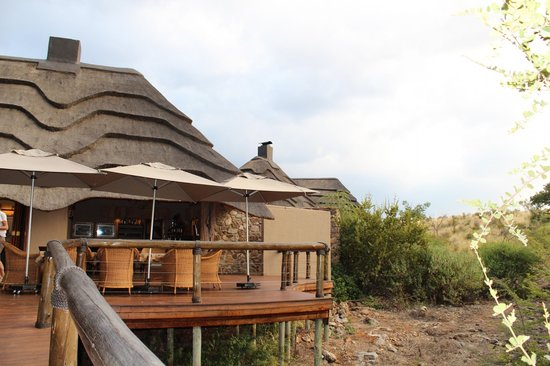 Tuningi Safari Lodge: TERSASSE DES HAUPTHAUSES