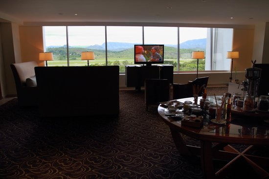 Airways Hotel: Level 2 lounge area and view to the ranges