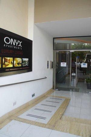 Onyx Apartments : ホテルの入り口