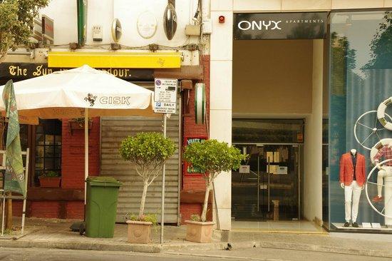 Onyx Apartments: ホテルの入り口