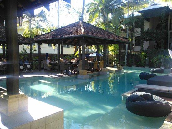 Hibiscus Resort & Spa: Breakfast by the pool
