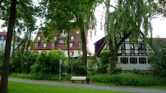 Hotel Restaurant Lohmühle: les deux bâtiments de l'hôtel derrière