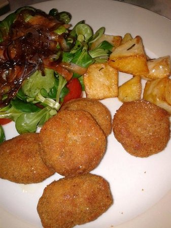 Al Chiasso dei Portici: Delicious fried meatballs with salad and roasted potatoes.