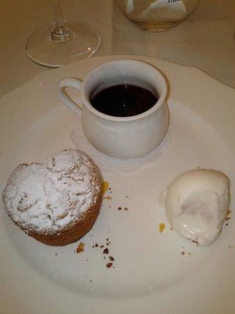 Al Chiasso dei Portici: Cinnamon pie with gelato fiordilatte and pear cooked into Chianti wine.