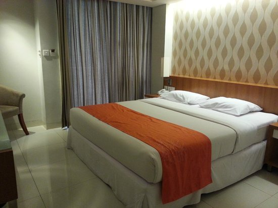 Adhi Jaya Sunset Hotel: Cozy bed don't feel like waking up