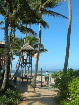 Outrigger Fiji Beach Resort: Beach activities central