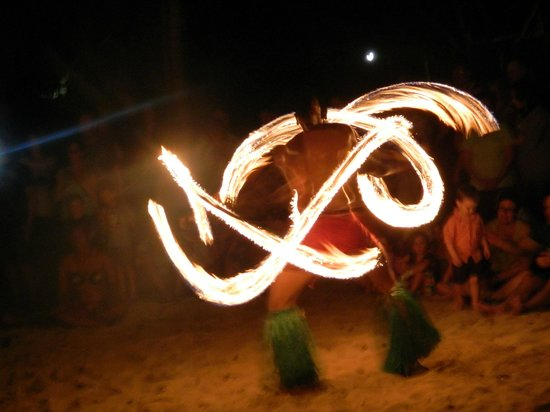 Outrigger Fiji Beach Resort: Fire dancing show