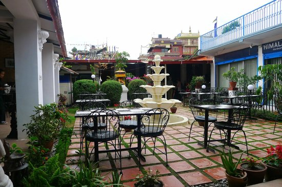 Flavor's Cafe & Restaurant : the courtyard dining area