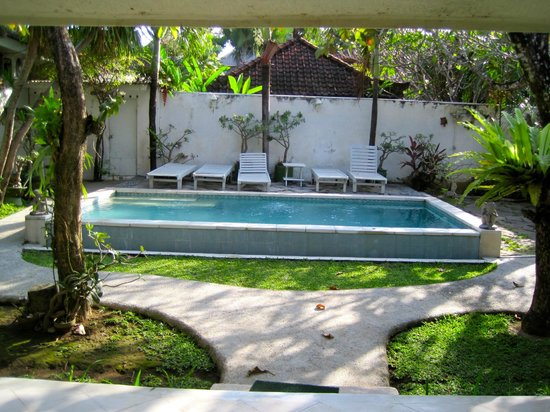 Gardenia Guesthouse: sun lounges needed some TLC