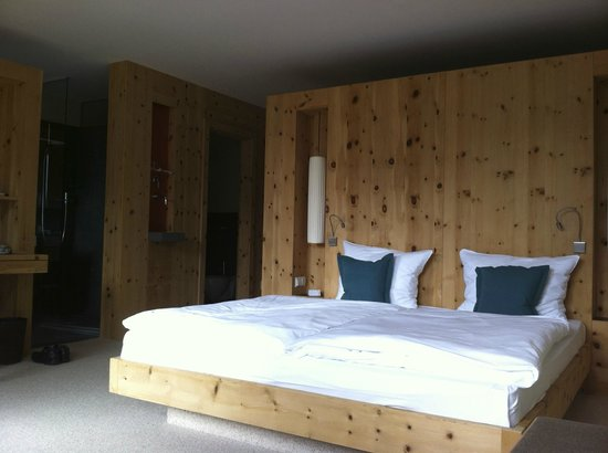 AROSEA Life Balance Hotel: Room with pine decor