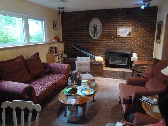 Linda's Inn B&B: 写真は、共用のリビングルームです。寝室以外にくつろげる場所があるのもいいですね。冷蔵庫も完備してます。