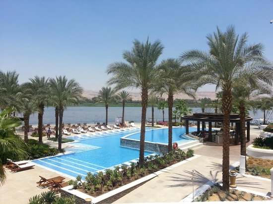 Hilton Luxor Resort & Spa: View of main pool from the Sunset Lounge