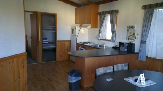 Dubbo City Holiday Park: Good size kitchen