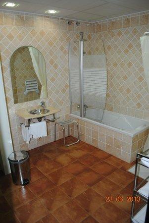 Hotel Palacio del Intendente: Amplio baño, limpio y moderno.
