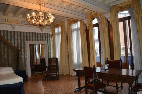 San Sebastiano Garden Hotel : pretty wide and airy hotel room with a balcony