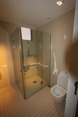 Room Mate Oscar: Standard room bathroom