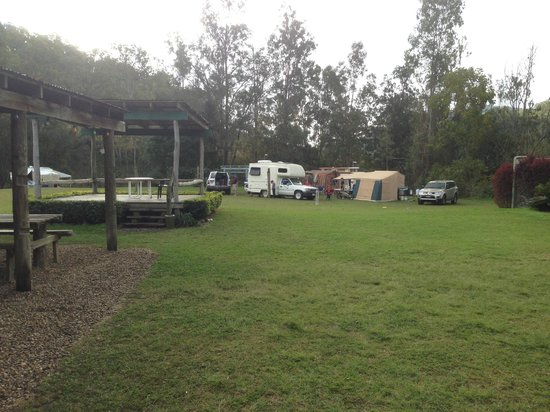 Southern Cross 4WD Tours: Camp for lunch and boomerang throwing